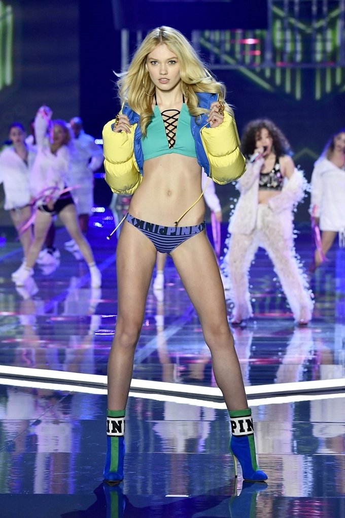hbz-victoria-secret-fashion-show-2017-gettyimages-876613634-1511182598