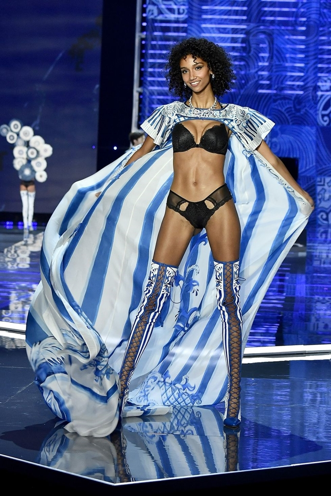 hbz-victoria-secret-fashion-show-2017-gettyimages-876613840-1511182613