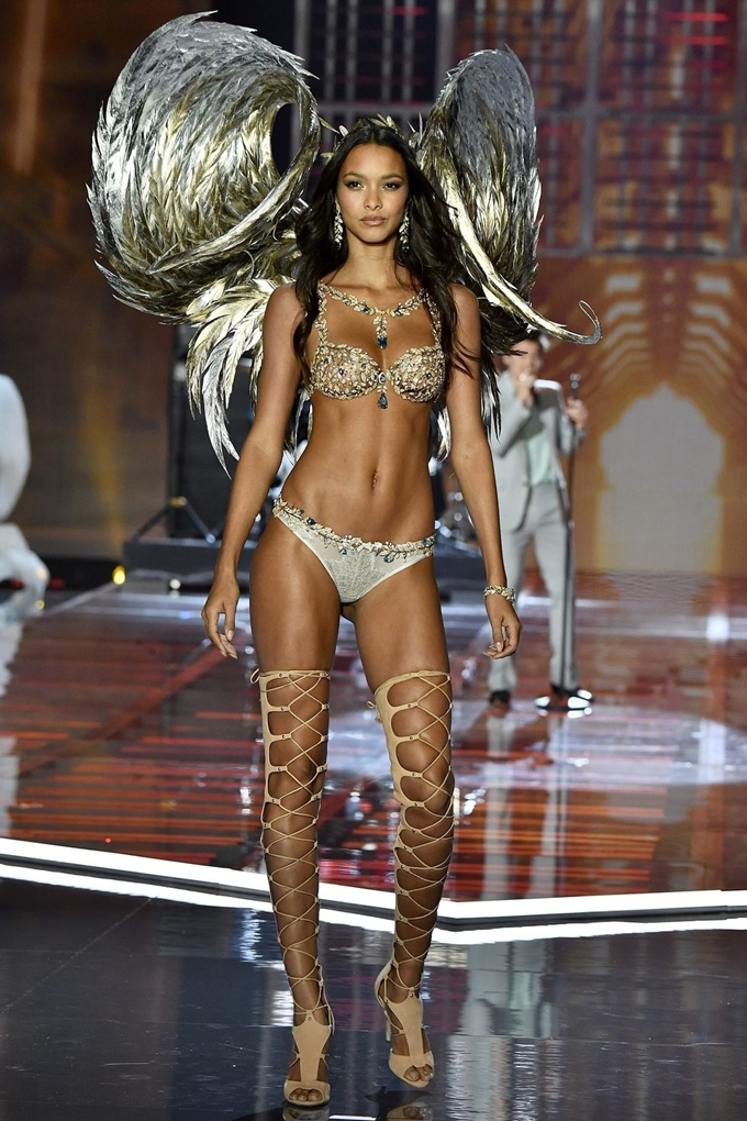 hbz-victoria-secret-fashion-show-2017-gettyimages-876613968-1511181798
