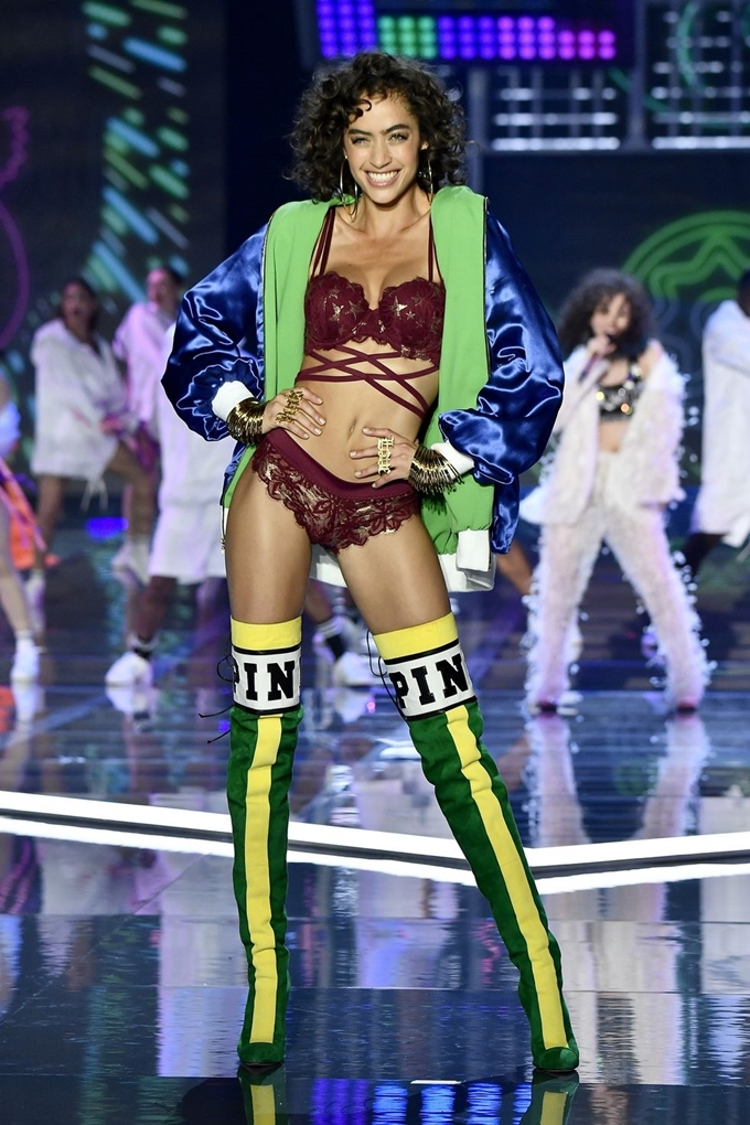 hbz-victoria-secret-fashion-show-2017-gettyimages-876614076-1511181782