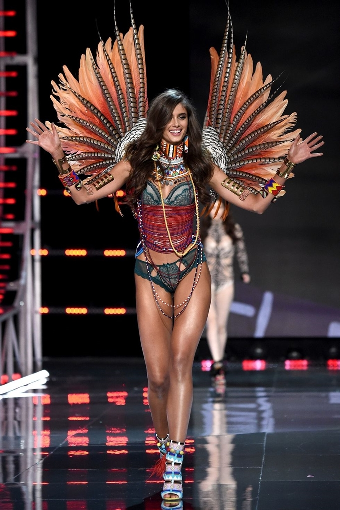 hbz-victoria-secret-fashion-show-2017-gettyimages-876614350-1511181804