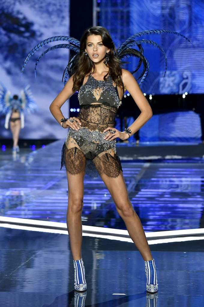 hbz-victoria-secret-fashion-show-2017-gettyimages-876618696-1511183988