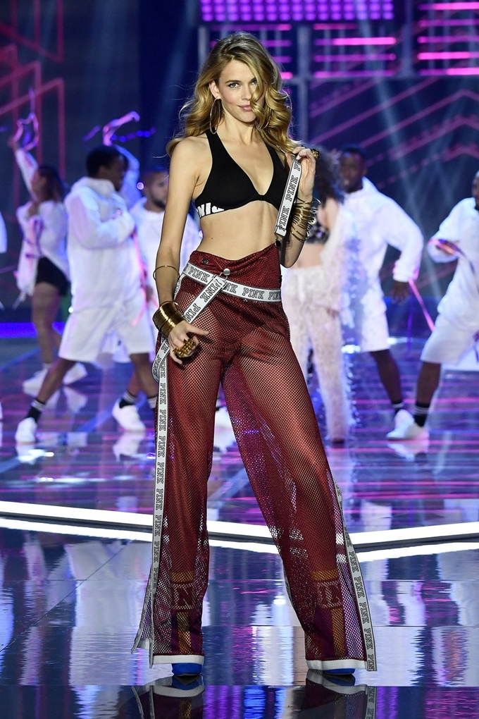 hbz-victoria-secret-fashion-show-2017-gettyimages-876620036-1511186253