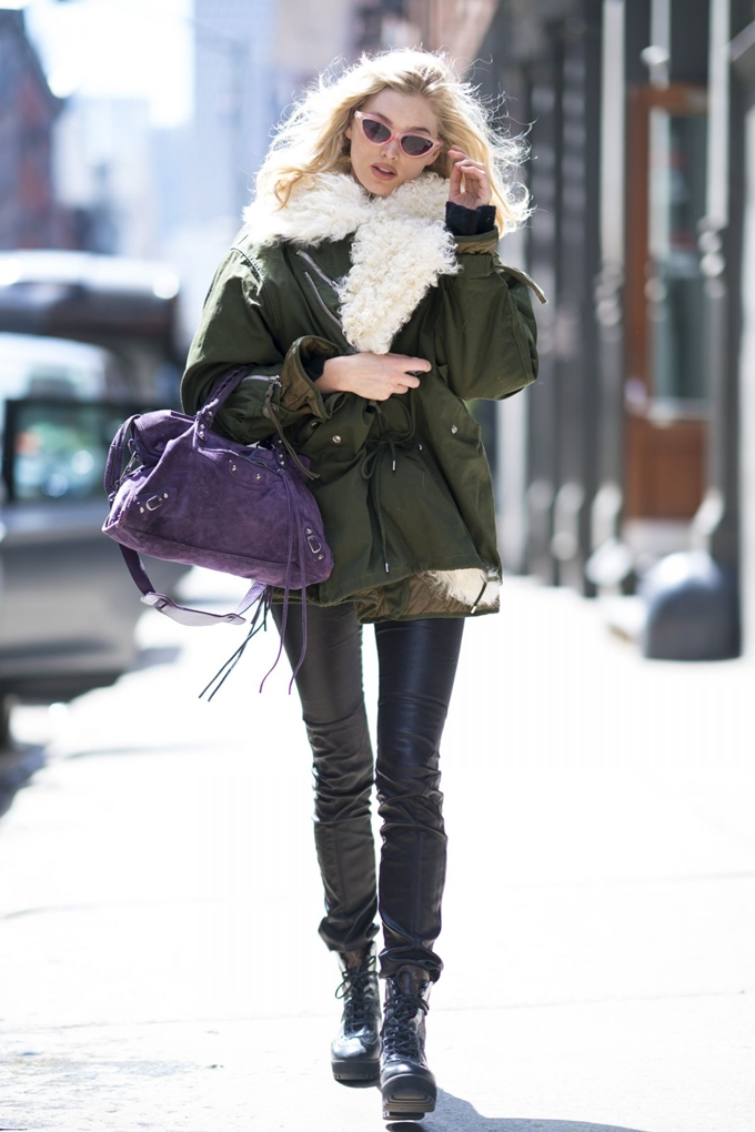 elsa-hosk-leaving-the-gym-while-on-her-phone-in-new-york-city-15